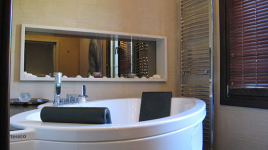 Iakovaki Suites & Spa: Part of the bathroom