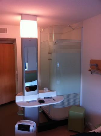Ibis Budget Castelnaudary: la cabine de douche dans la chambre
