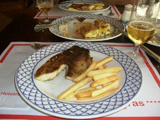 Sol Palmeras: Mmm...pescaditos a la parrilla, papas fritas y cerveza super helada em el restaurant de pescados