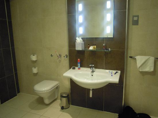 Scotts Hotel: large bathroom
