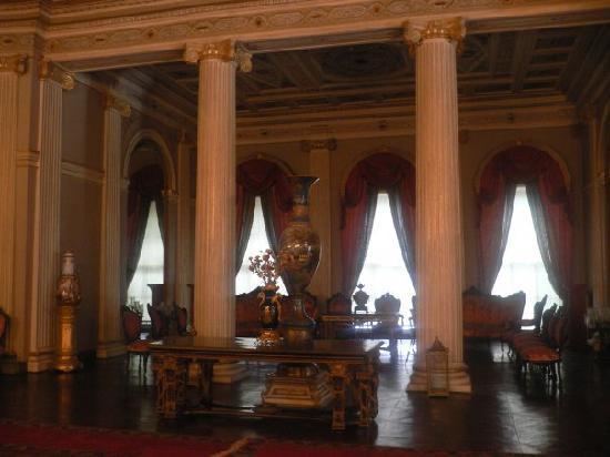 พระราชวังโดลมาบาชเช่: Sala principal, Medhal