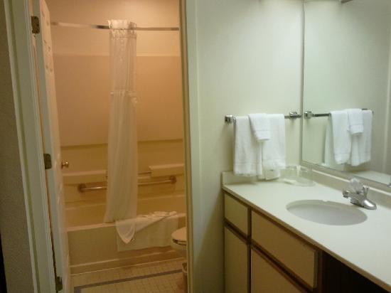 Sonesta ES Suites Somerset: bathroom of master bedroom
