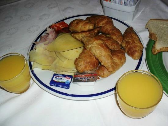 Sol Palmeras: Uno de los tantos desayunos...esas mini medialunas eran riquísimas y rellenas con fiambre más!!!