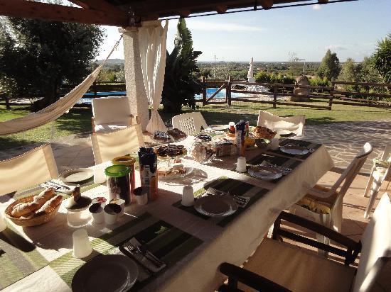 Саррок, Италия: il panorama idillico della zona,facendo colazione su una bellissima veranda