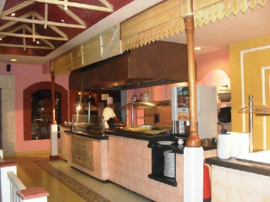 Sol Palmeras: El restauranr bufette...enorme y cosn distintas decoraciones en cada sector