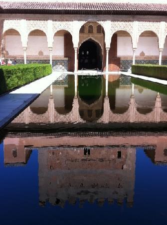 อัลฮัมบรา: reflection on water within one of the palaces