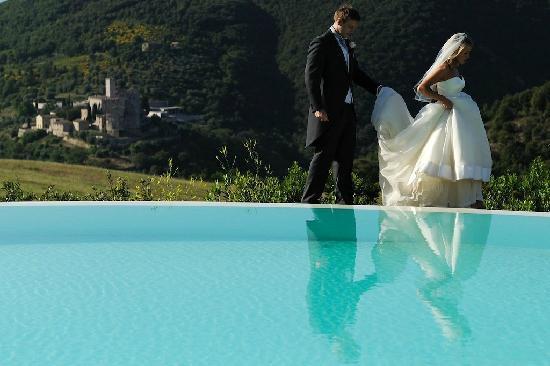 Tenuta di Murlo: Castle scene from pool