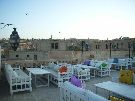 Manici Hotel: Terrace cafe and views of Urfa castle