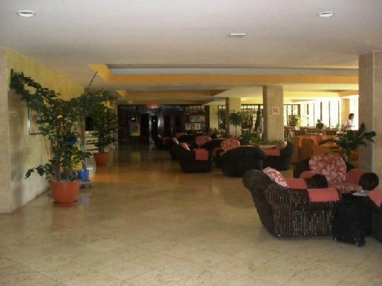 Sol Palmeras: Primer piso del lobby, al fondo el teatro del hotel...y a la derecha se reserva para los restaur