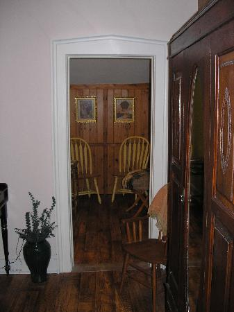 Brick House Bed & Breakfast: Large room with separate sitting area
