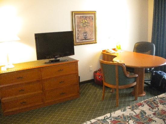 La Quinta Inn & Suites Dallas Arlington South: Nice big table and good quality TV