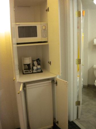 La Quinta Inn & Suites Dallas Arlington South: Microwave, frig, and coffeemaker in a cabinet