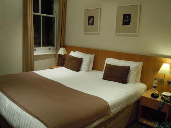 เบส2สเตย์เคนซิงตัน: King size bed