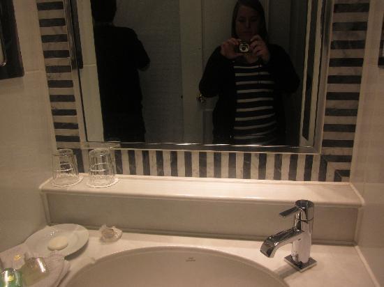 โรงแรมคิงส์เวย์ ฮอลล์: Modern bathroom.