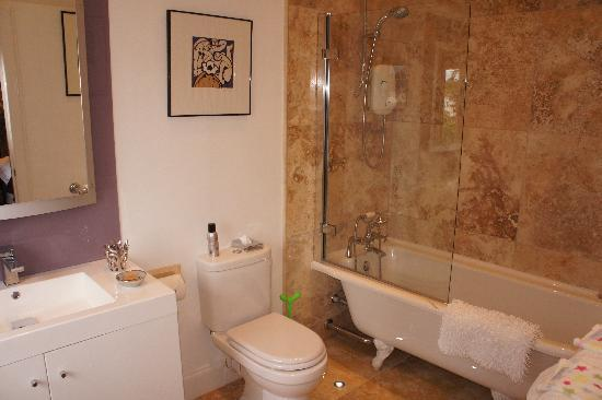 Trafford Bank Guest House: The Thistle Room en-suite