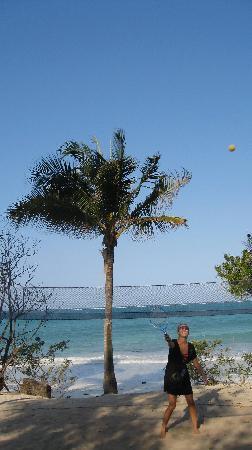 Kichanga Lodge: badminton on the beach