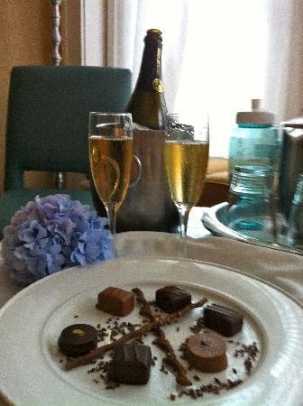 Harbor View Hotel: Celebratory room service