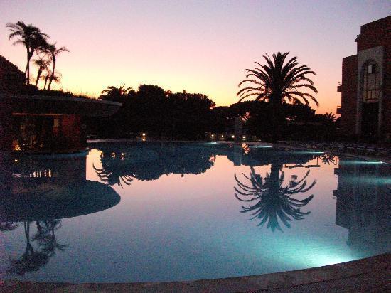 Falésia Hotel: Sunset over the pool
