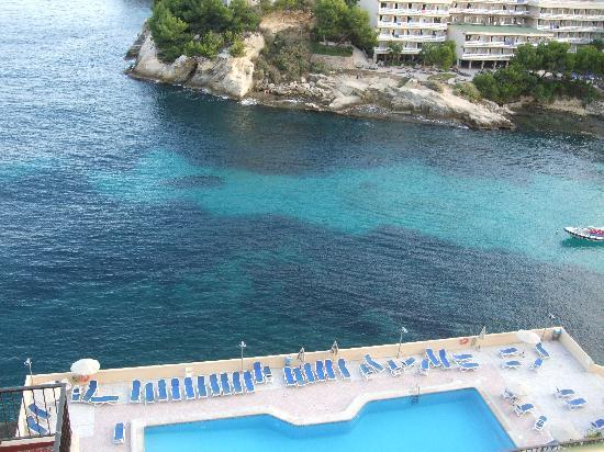 SENTIDO Cala Vinas: The pool and the other hotel which you can swim to.
