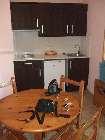 Galdana Gardens Apartments: Cocina