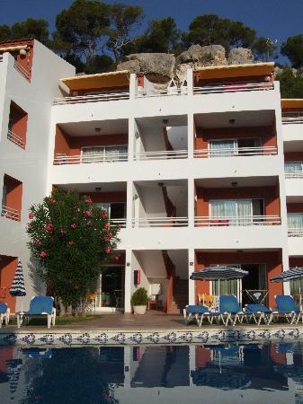 Galdana Gardens Apartments: Apartamento de lado de la piscina
