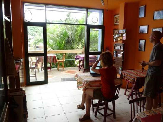 DreamKapture Hostel: Breakfast and common room