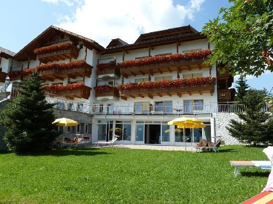 Familotel Alpenhof: Il retro dell'hotel e l'entrata della piscina