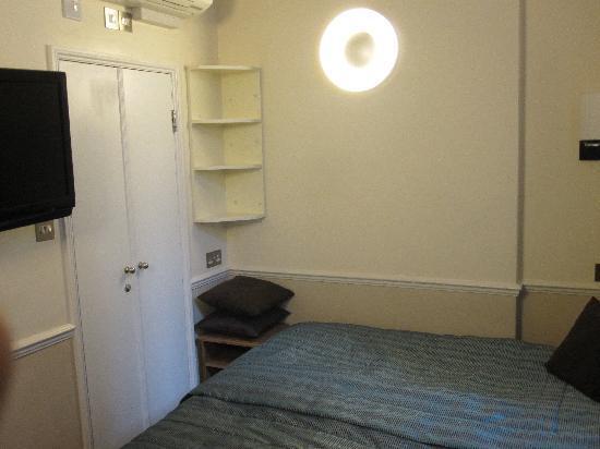 โรงแรมโรดส์: Room TV and Bathroom door