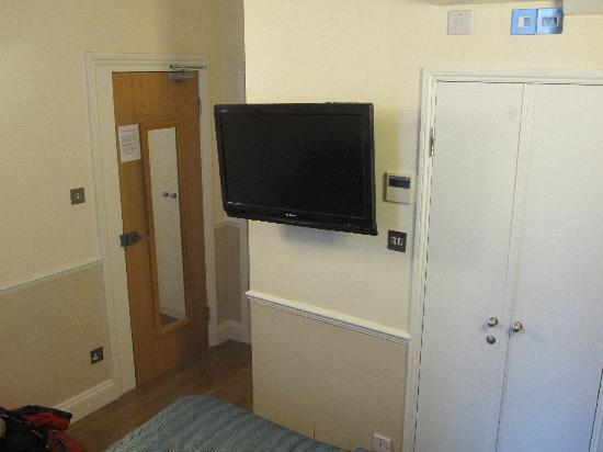 โรงแรมโรดส์: Room TV and entrance door