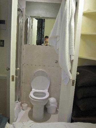 โรงแรมโรดส์: Open bathroom door