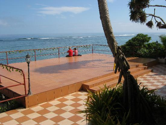 Vakaloa Beach Resort: View from the dining room where there is a good reef break and whales can be seen swimming past