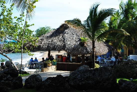 Casa Marina Beach Resort: Drinks bar (room 1135 opposite), and beach behind.