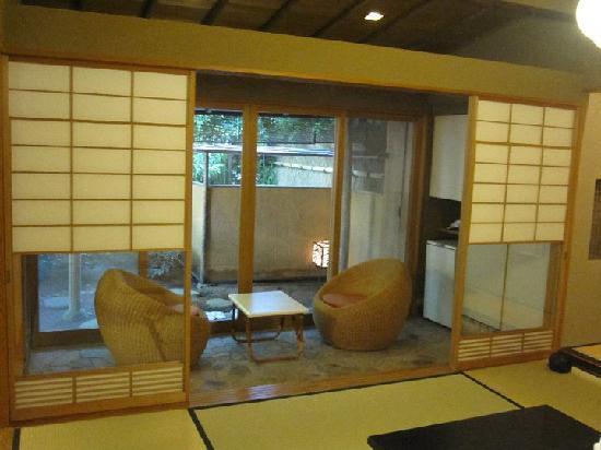 ยะกิวโนะโช: the viewing area and main room