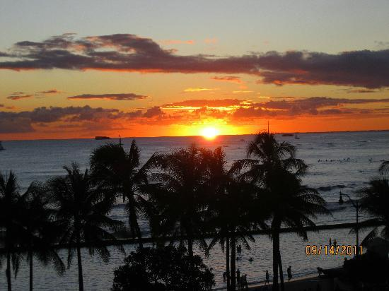Aston Waikiki Beach Hotel: Sunset from our room.