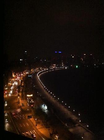 เลส์ สวีท โอเรียนท์ บันด์: View of financial district from our Bund Studio