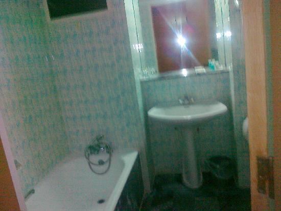 Hotel Saint Minas Beach: BathTube old fasion but clean