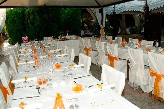 The Garden of Eden Restaurant: Outdoor Seating Area