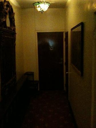 นอบฮิลล์โฮเต็ล: dark dingy hallway