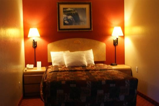 Days Inn & Suites by Wyndham Niagara Falls/Buffalo: room 231