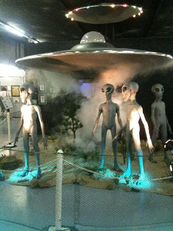 ‪فيرفيلد إن آند سويتس باي ماريوت روزويل: Roswell UFO Museum display‬