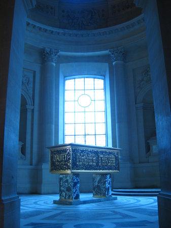 พิพิธภัณฑ์ทหาร: Another tomb (one of many)