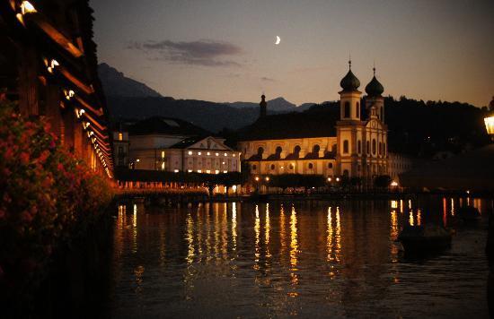 สะพานชาเปล: Kapellebrucke at night