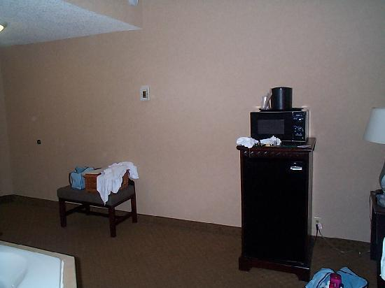 Comfort Inn & Suites Paramus: opposite of whirlpool is a fridge with microwave on top