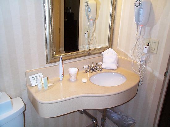 Comfort Inn & Suites Paramus: one sink in bathroom, no shaving mirror, no fan
