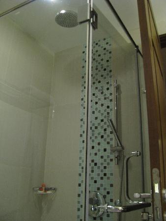 อเดลฟี่สวีท กรุงเทพ: Rain shower!