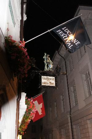 Hotel Wilden Mann: Hotel sign by night