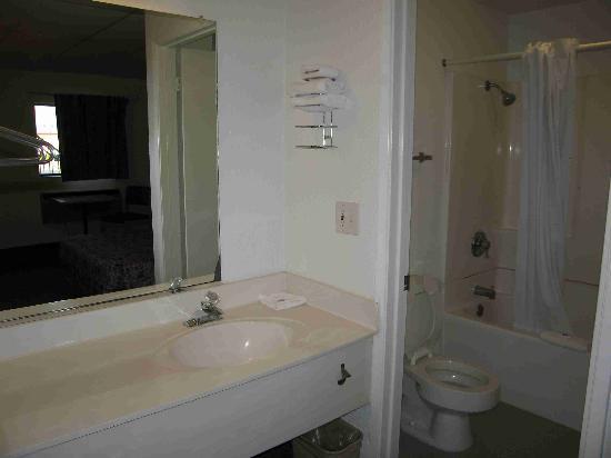 Motel 6 Salina: Room 119 Bathroom