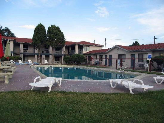 Rodeway Inn and Suites: Overview of hotel with pool area