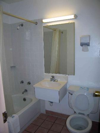 Rodeway Inn and Suites: Room 127, small bathroom