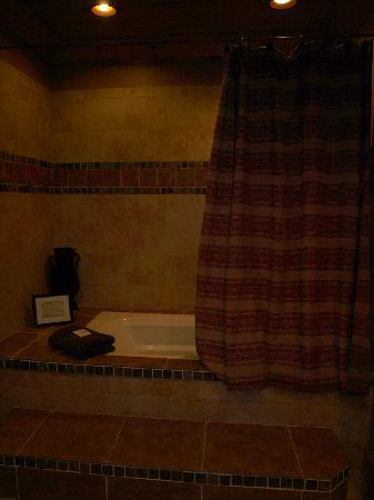 Serenity in the Mountains Luxury Suites: in room jacuzzi